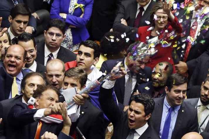 Deputados comemoram autorização para processo de impeachment contra Dilma Rousseff em 2016
