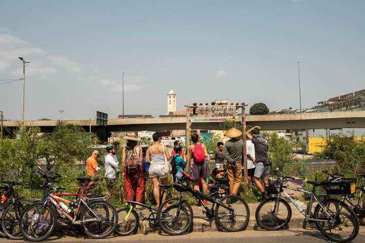 Participantes da expedição na horta comunitária 'Quintal do Sô Antônio'