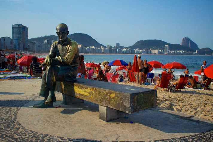 Estátua de Carlos Drummond de Andrade na Praia de Copacabana, Rio de Janeiro