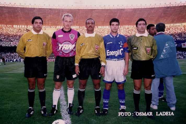 Foto de 26 de maio de 1996 de um jogo entre Atlético e Cruzeiro, no Mineirão. XXXX (ao centro) foi um dos árbitros entrevistado durante o estudo