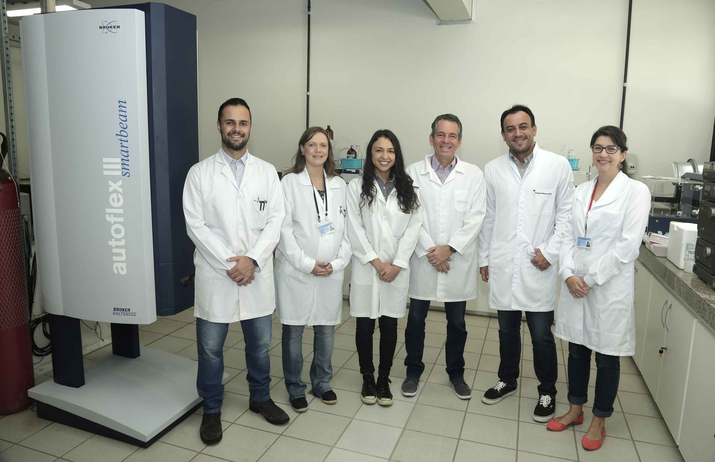Professor Sérgio Costa (terceiro da direita para a esquerda) e parte da equipe envolvida na pesquisa