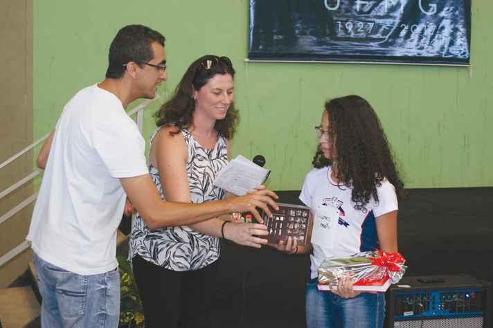 Estudante recebe premiação na Feira de Ciências do Norte de Minas Gerais, em 2017