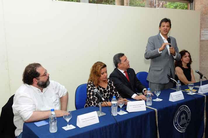 Haddad foi recebido na UFMG pelos diretores da Escola de Arquitetura (nas extremidades da mesa) e pelo reitor e pela vice-reitora da UFMG