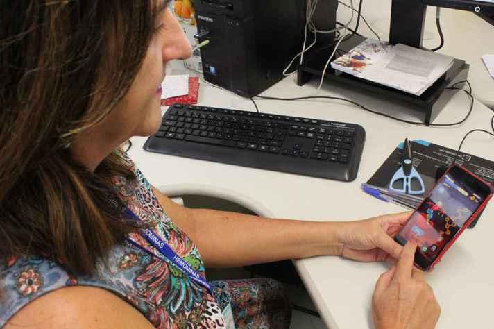 Sônia Pereira manuseia o aplicativo: tecnologia, educação e cuidados em saúde