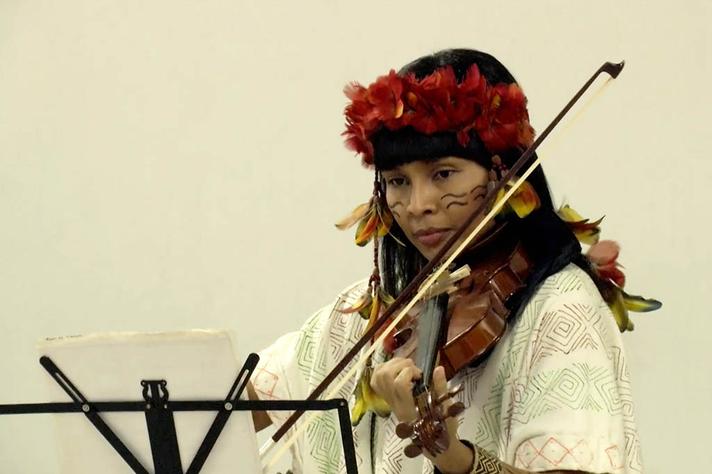 Adana Cambeba, formada em Medicina pela UFMG, em apresentação de violino no encerramento de sua participação no ciclo didático do ICB