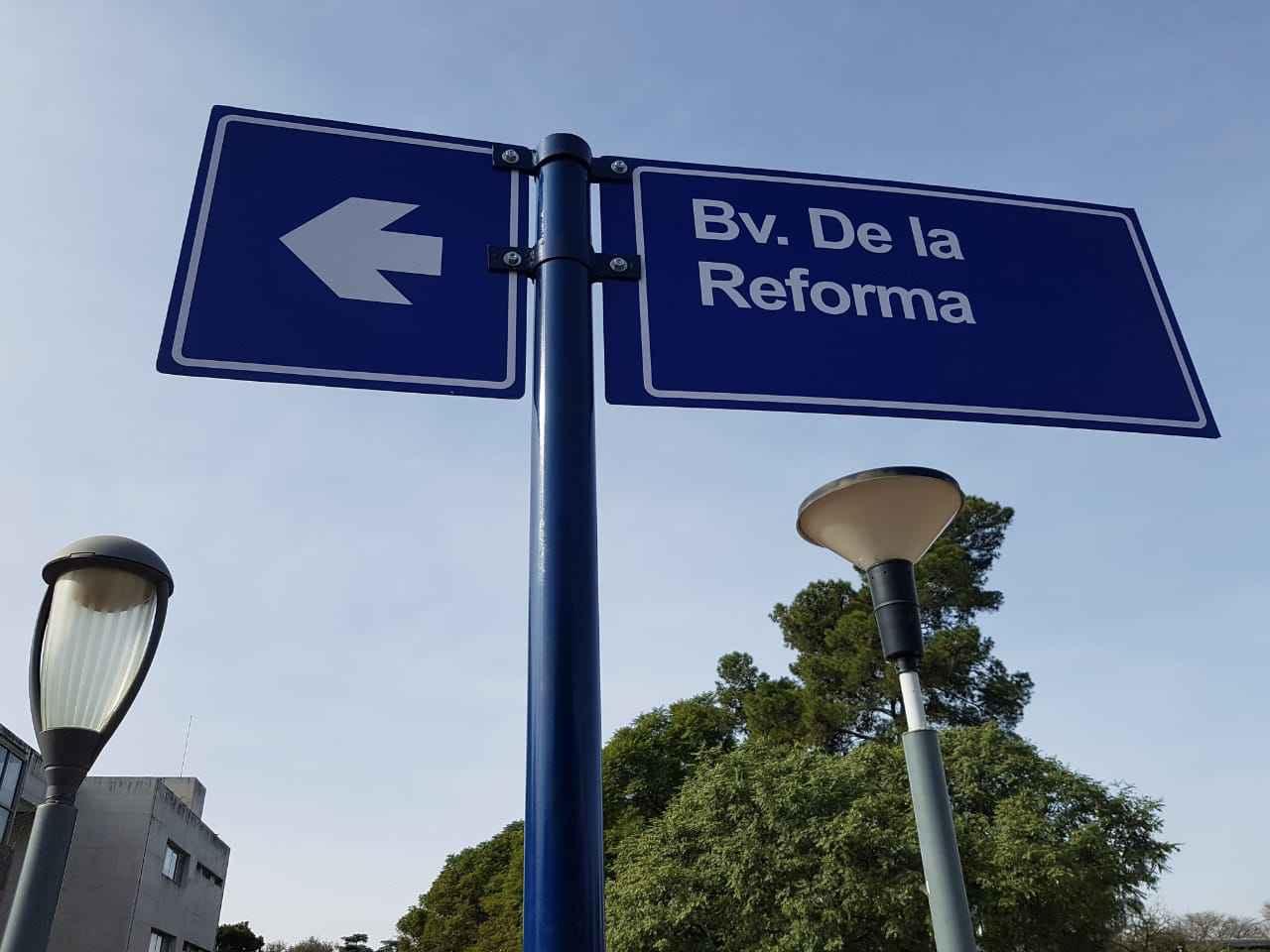Placa indicativa de avenida no campus da Universidade Nacional de Córdoba, sede da Conferência