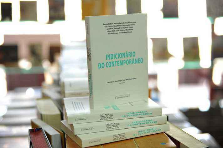 Exemplares da obra na Livraria UFMG, na Praça de Serviços