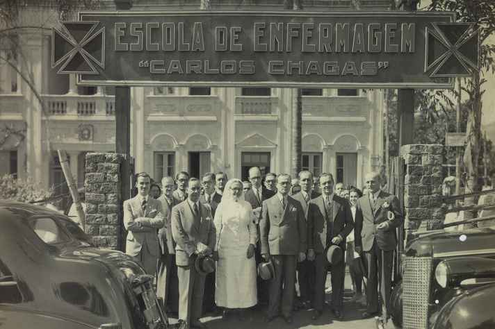 Pessoas posando em frente à antiga Escola de Enfermagem.