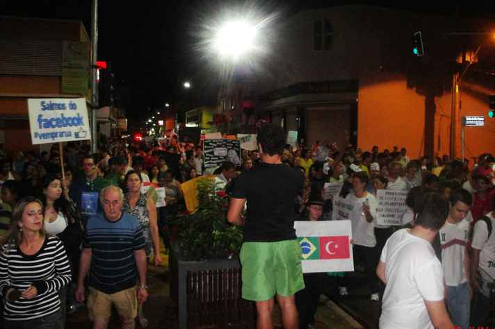 Manifestação em Sertãozinho (SP), onde cerca de quatro mil pessoas foram às ruas protestar, em junho de 2013, contra a corrupção e por melhores serviços públicos
