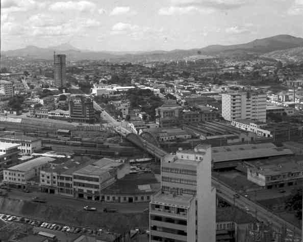 Vista de Belo Horizonte, com o Viaduto Santa Tereza ao centro, em 1965