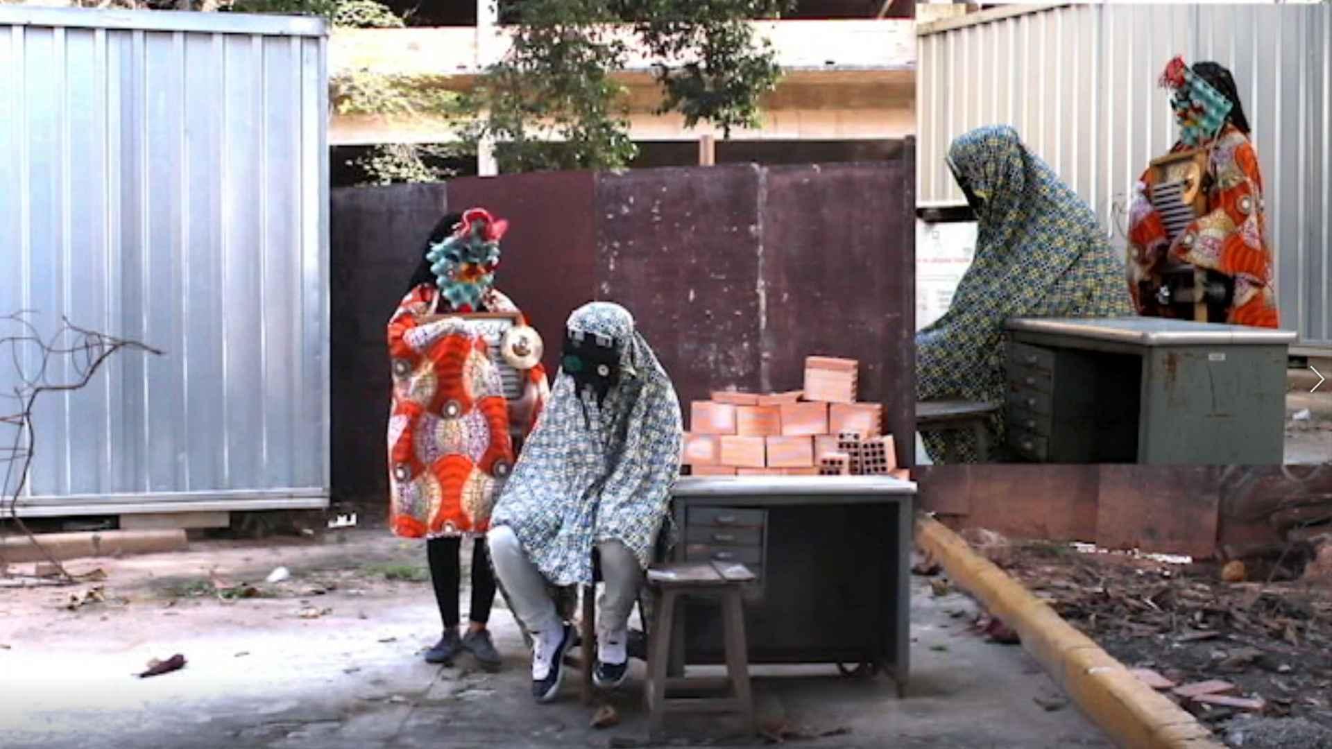 A produção 'Gambiarra' discute a relação entre arte e tecnologia