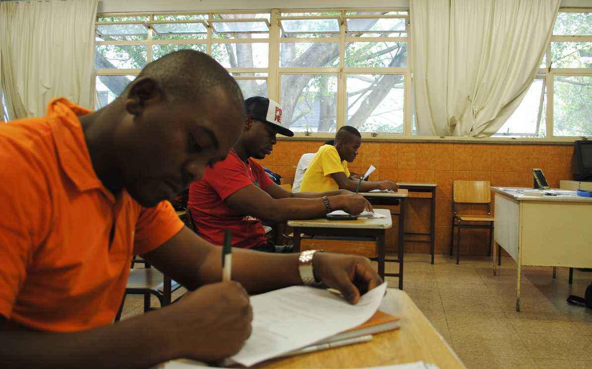 Centro de Extensão da Faculdade de Letras (Fale), em parceria com o Centro Zanmi – Serviço Jesuíta a Migrantes e Refugiados, desenvolve, desde 2015, o projeto Português para Estrangeiros em Regime Especial de Permanência.