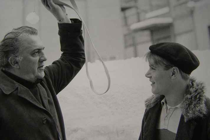 Fellini com o ator Bruno Zanin no set do filme Amarcord de 1973.