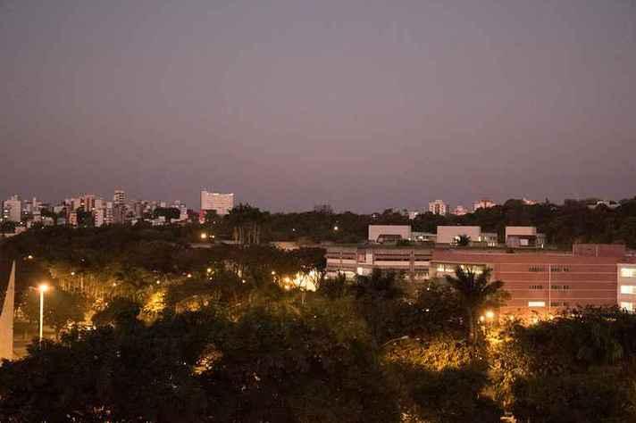 Vista parcial do campus Pampulha ao anoitecer: atividades presenciais continuam suspensas