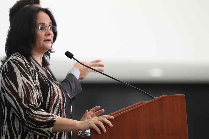 Reportagem  indica que ministra Damares Alves teria usado estrutura de ministério para tentar impedir aborto de menina de 10 anos, vítima de estupro