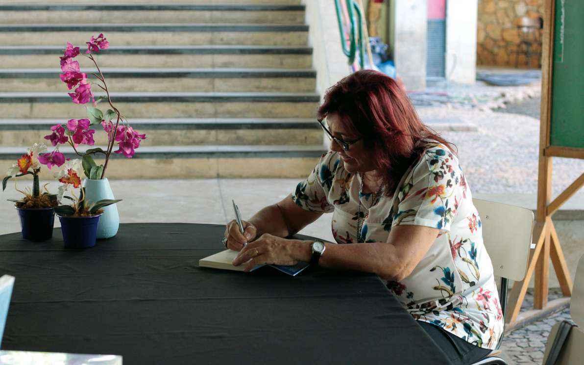 Cassandra durante sessão de lançamento do livro na Fafich