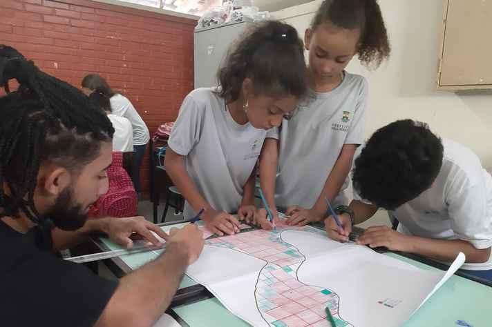Alunos da turma da professora Petrina Avelar em atividade inspirada na modelagem matemática