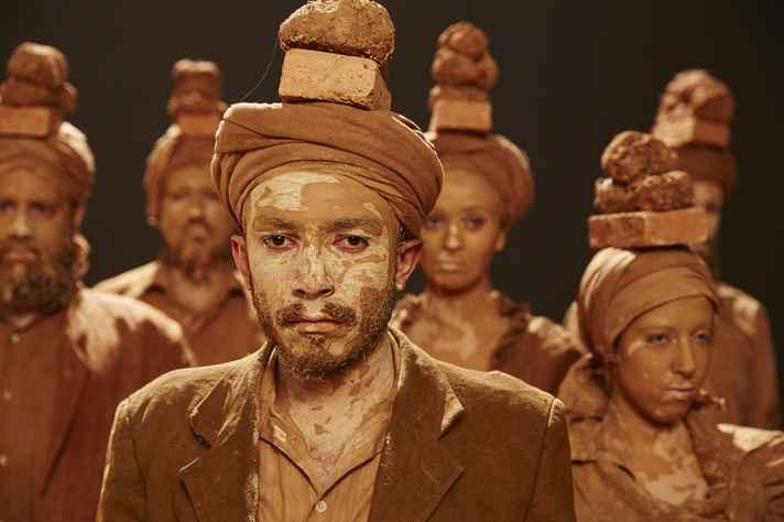 Cena do espetáculo Cabras, da companhia Balagan, dirigido por Maria Thais Lima Santos