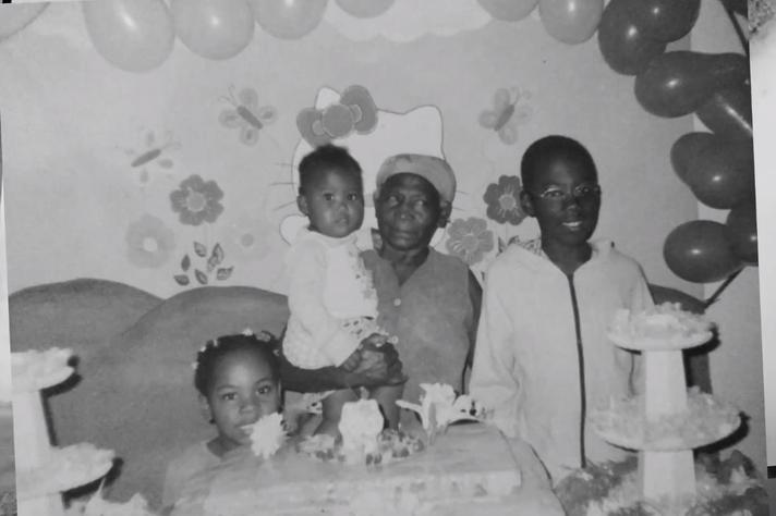 A websérie 3x4 conta a história de uma família de pessoas negras que contrata um jovem fotógrafo branco para registrar a festa de aniversário do filho mais novo, Rafa