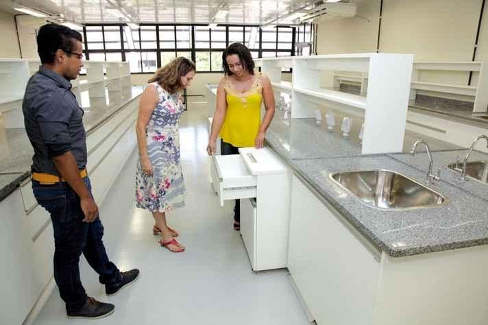 O arquiteto Leandro Onofre e as diretoras do ICB, Andrea Macedo, e do DPF, Renata Siqueira, em ambiente com os móveis modulados