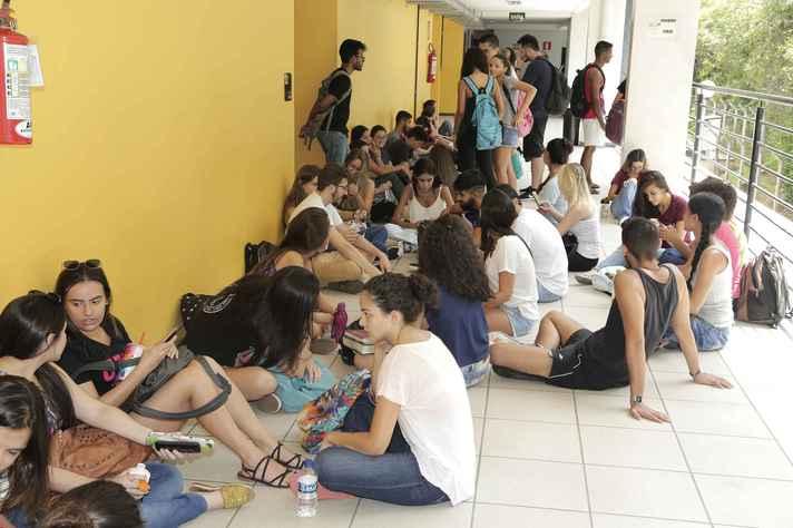 Estudantes em prédio no campus Pampulha: por causa da pandemia, procedimentos de registro serão feitos exclusivamente pela internet