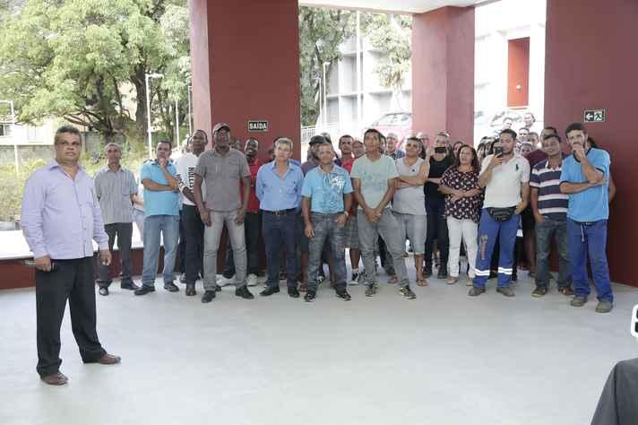 Walmir Caminhas (primeiro plano) e operários que trabalharam nas obras