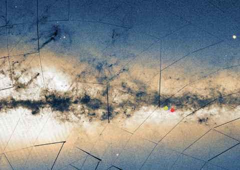 Detalhe da Via Láctea com as posições dos aglomerados UFMG 1 (vermelho), UFMG 2 (azul) e UFMG 3 (verde), descobertos pela equipe do ICEx quando estudava o NGC 5999 (rosa). As regiões escuras representam nuvens interestelares de gás e poeira. A luz das estrelas que compõem a galáxia gera o brilho esbranquiçado que permeia a área central da imagem