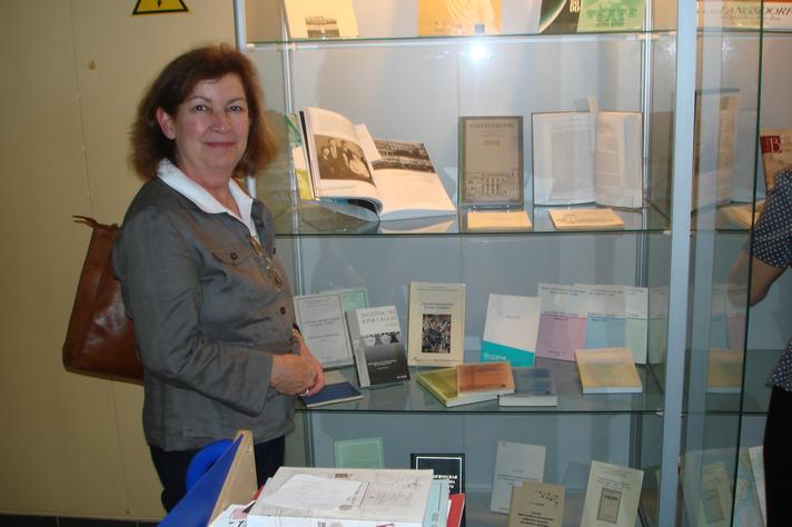 Regina Helena no Centro Solzenitcyn, em Moscou, junto a uma coleção de publicações sobre Helena Antipoff, muitas organizadas por ela mesma