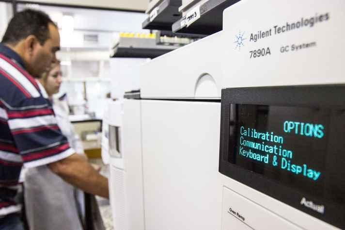 Equipamento de cromatografia gasosa com espectrometria de massas