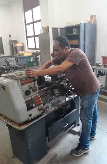 Geraldo Marcio trabalha na produção de peças do equipamento