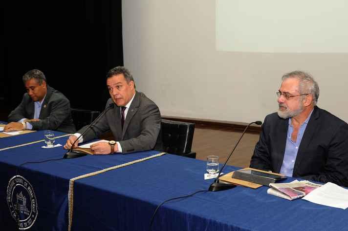 Mesa de abertura com o diretor de EaD, Wagner Corradi, o reitor Jaime Ramírez e o diretor do IEAT, Estevam Las Casas