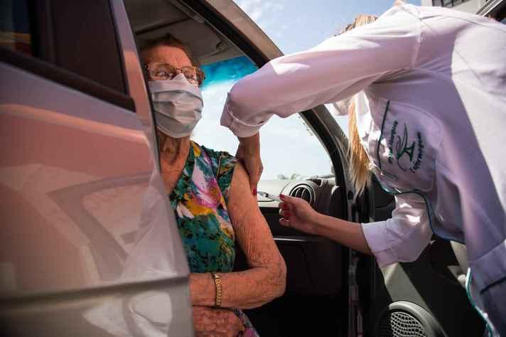 'Drive thru' em Pelota (RS): cuidados com a vacinação é um do temas abordados no e-book