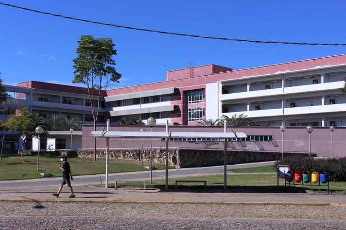 Ponto de ônibus no campus Pampulha com o prédio da Face ao fundo: adoção de novos critérios aprimora versão atualizada do plano de retorno