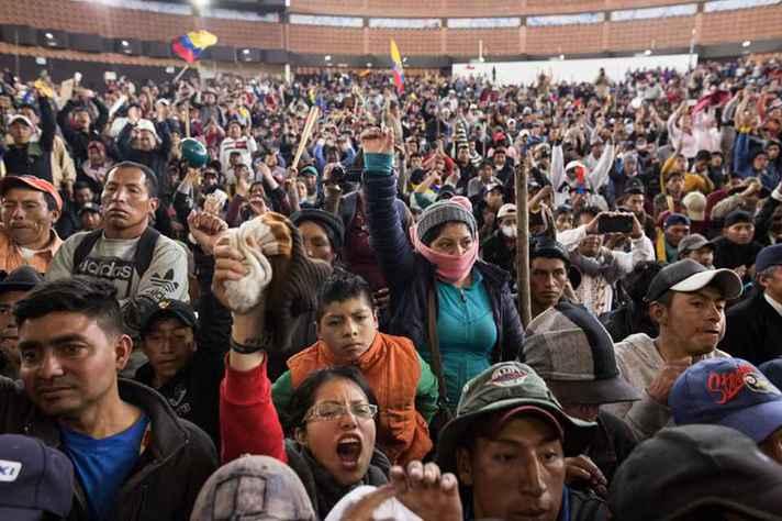 Manifestantes reunidos durante protesto no Equador
