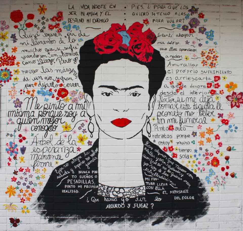 Retrato de Frida Kahlo pintado em parede do prédio