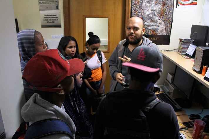 Os alunos conversam com o programador musical Rafael Medeiros, da Rádio UFMG Educativa