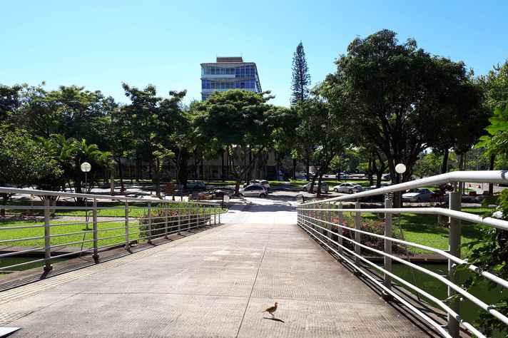 Vista lateral da Reitoria, no campus Pampulha: