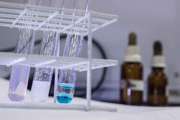 Tubos de ensaio em laboratório do Departamento de Química/ICEx