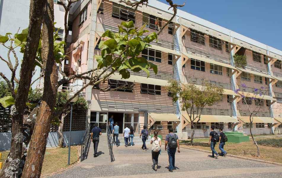 Entrada do Instituto de Ciências Exatas, no campus Pampulha