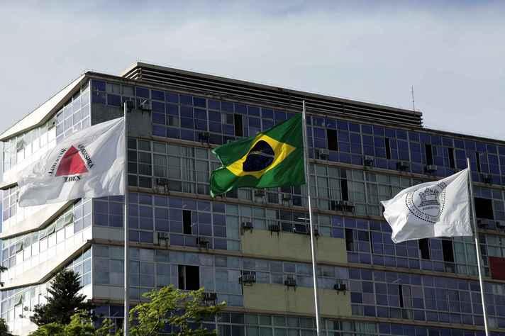 Bandeiras de Minas, do Brasil e da UFMG hasteadas em frente ao prédio da Reitoria: cenário dramático compromete funcionamento das Ifes