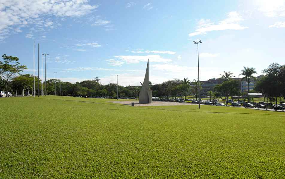Gramado em frente ao prédio da Reitoria, com o Monumento ao Aleijadinho