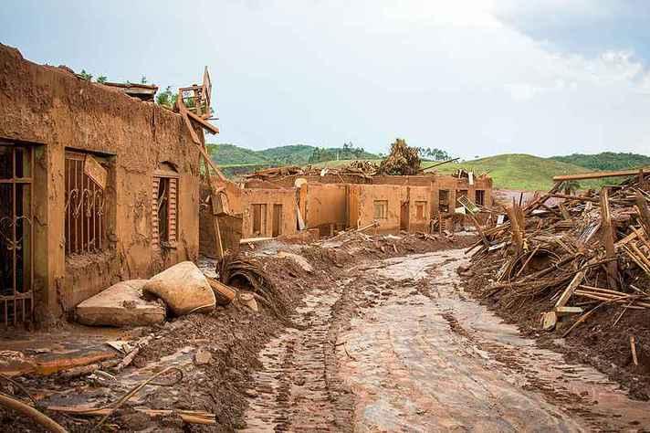 Distrito de Bento Rodrigues, em Mariana, devastado pela lama em novembro de 2015