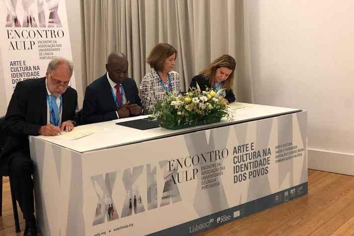 O presidente do Instituto Politécnico de Lisboa, Elmano Margato, e a reitora da UFMG, Sandra Goulart Almeida, assinam acordo de cooperação.