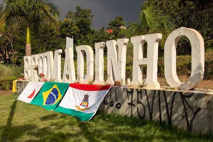 Letreiro na entrada do município de Brumadinho transformou-se em memorial às vítimas da tragédia