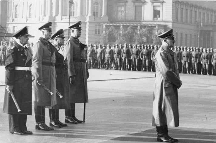Hitler e suas tropas. No livro Minha Luta, ditador defendeu aniquilamento de esquerdistas