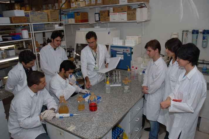 Pesquisadores em laboratório do ICB: