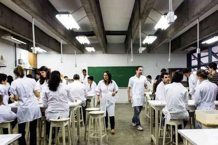 Estudantes da área de saúde em aula prática antes da pandemia