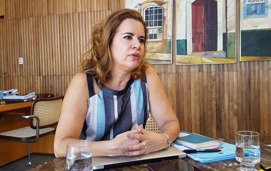 """<p>Reitora<br><a href=""""http://somos.ufmg.br/professor/sandra-regina-goulart-almeida"""" target=""""_blank"""">Sandra Goulart Almeida</a><br>Professora da Faculdade de Letras</p>"""