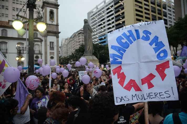 Caminhada de mulheres contra feminicídio no Rio de Janeiro