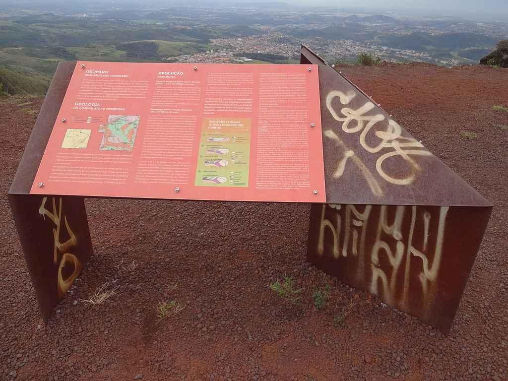 Placa explicativa sobre o Quadrilátero Ferrífero instalada no Parque Estadual da Serra do Rola-Moça, na região metropolitana de BH
